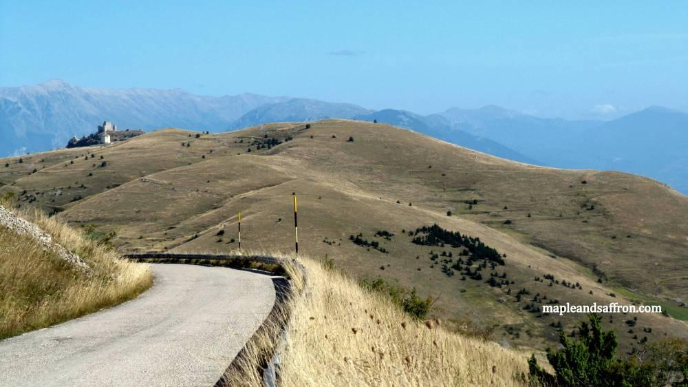 Maple&Saffron Abruzzo tours Calascio scorcio