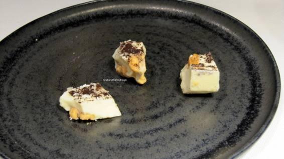 Torroncino cioccolato bianco, polvere di caffè e arachidi