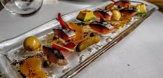 Sgombro sottaceto con cetriolini, olive e avocado